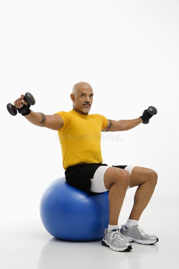 Mann, der Übungskugel verwendet. lizenzfreies stockbild