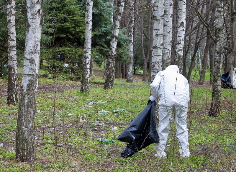 Mann, der Abfall montiert lizenzfreies stockfoto
