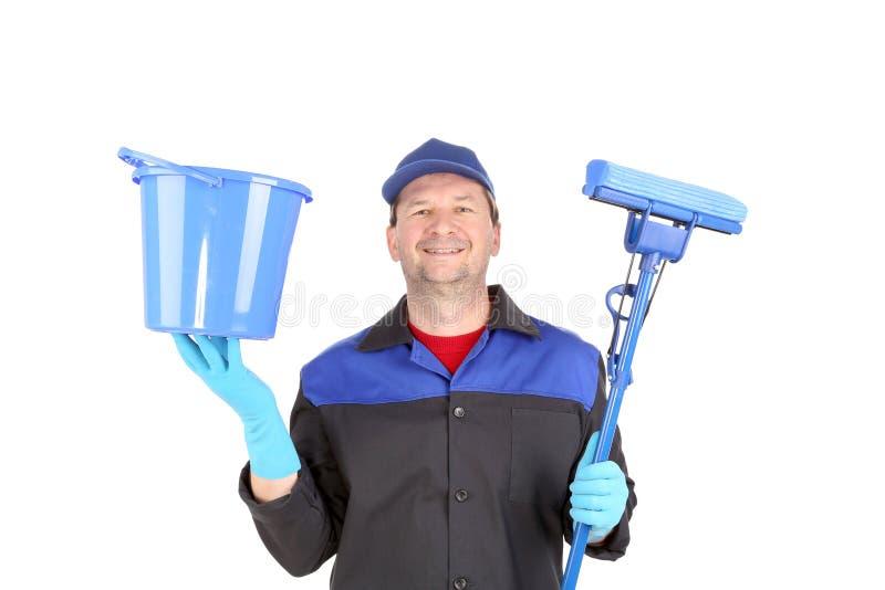 Mann in der Arbeitskleidung mit Eimer und Mopp stockfoto