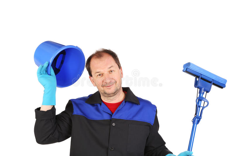 Mann in der Arbeitskleidung mit Eimer und Mopp stockbilder