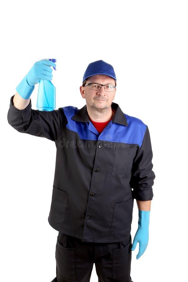 Mann in der Arbeitskleidung mit einer Sprühflasche lizenzfreies stockfoto