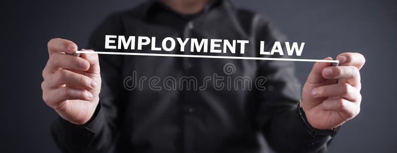 Mann, der Arbeitsrecht in Schirm schreibt lizenzfreie stockbilder