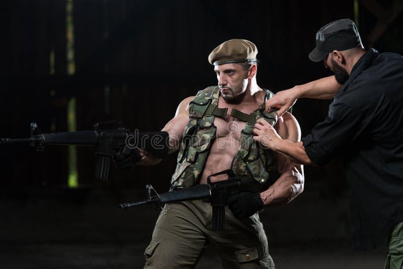 Mann, der Armor On Soldier Befor Photoshoot abstimmt lizenzfreie stockbilder