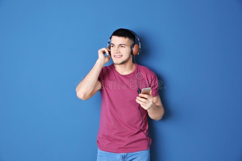 Mann, der auf audiobook durch Kopfhörer hört stockbilder