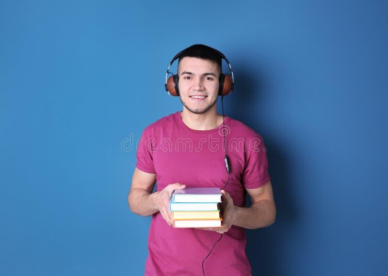 Mann, der auf audiobook durch Kopfhörer hört stockfotografie