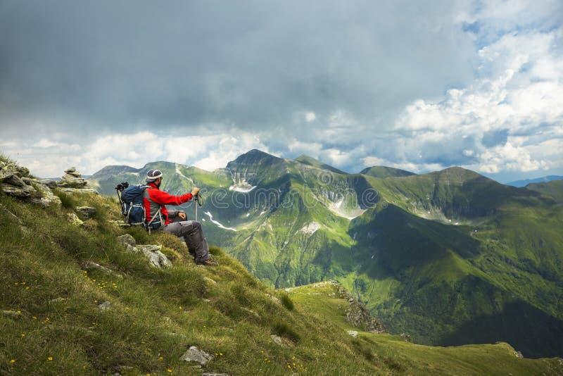 Mann, der auf dem Berg wandert stockbilder