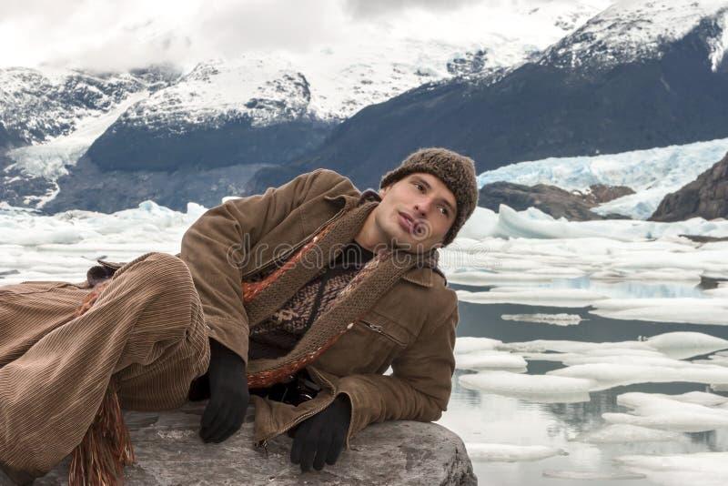 Mann, der auf dem Felsen in Upsala, Argentinien liegt lizenzfreie stockfotos