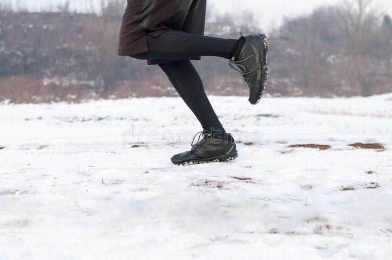 Mann, der auf dem Schnee läuft stockbild