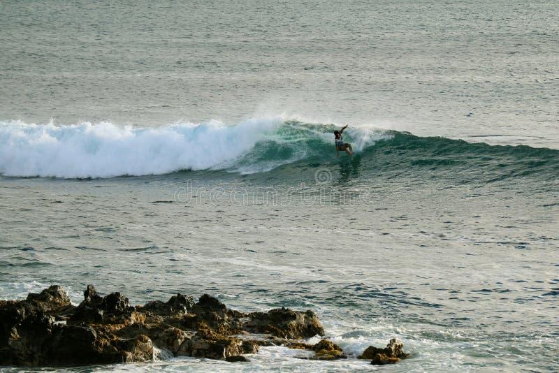 Mann, der auf die großen Wellen im Pazifischen Ozean bei Hanga Roa, Osterinsel, Chile surft stockfotos