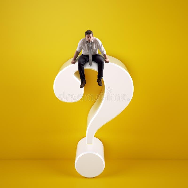 Mann, der auf ein großes weißes Fragezeichen auf einem gelben Hintergrund sitzt stockfotografie