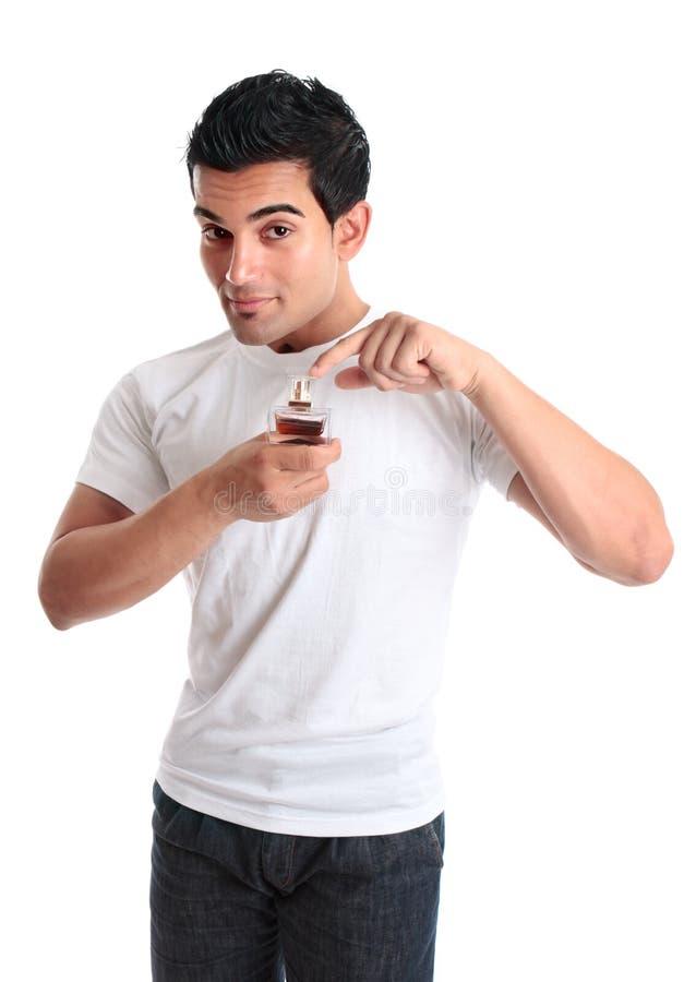 Mann, der auf eine Flasche Duftstoff zeigt lizenzfreies stockfoto