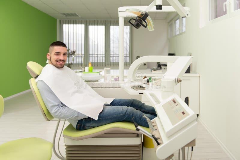 Mann, der auf eine zahnmedizinische Prüfung wartet stockbilder