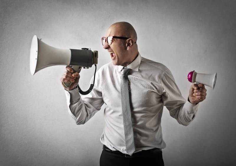 Mann, der auf einem Lautsprecher schreit lizenzfreies stockbild