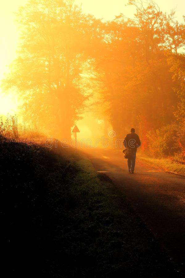 Mann, der auf einen Herbstmorgen geht. stockfotografie