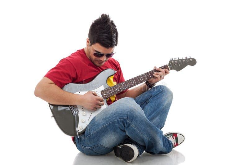 Mann, der auf elektrischer Gitarre übt lizenzfreie stockfotografie
