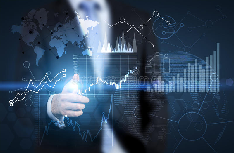 Mann, der auf Finanzdiagramme zeigt stockfotografie