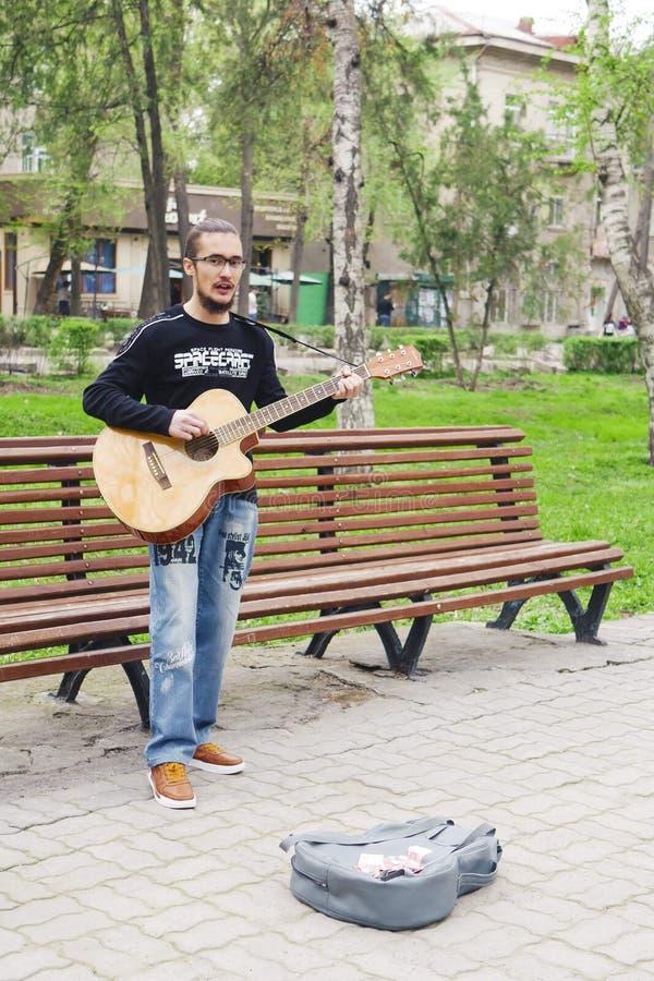 Mann, der auf Gitarre spielt lizenzfreie stockfotografie