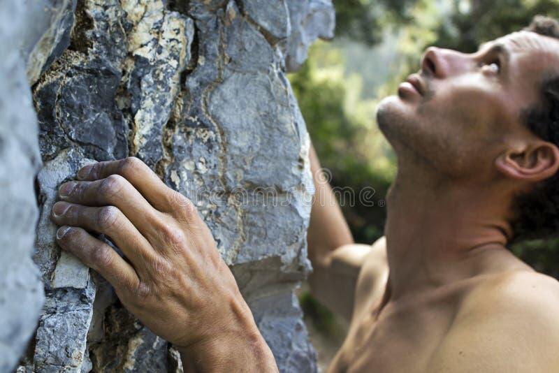 Mann, der auf Kalkstein steigt stockfotos