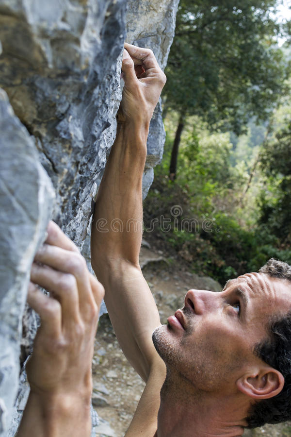 Mann, der auf Kalkstein steigt lizenzfreies stockfoto