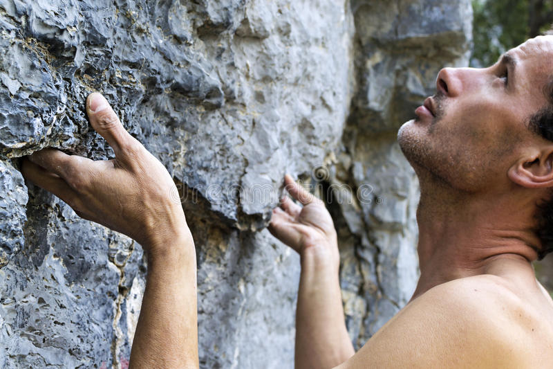 Mann, der auf Kalkstein steigt stockbilder
