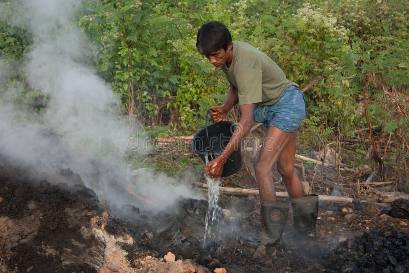 Mann, der auf Kohle wässert stockfoto