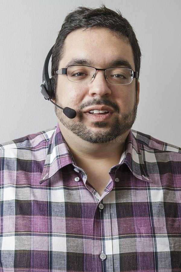Mann, der auf Kopfhörer spricht stockbilder