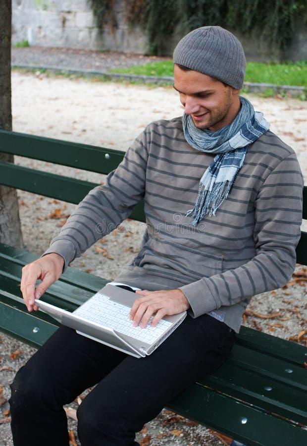 Mann, der auf Netbook schreibt lizenzfreie stockbilder