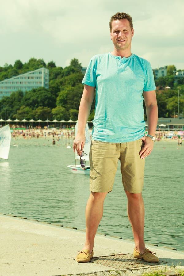 Mann, der auf Pier w?hrend des Sommers geht stockbild