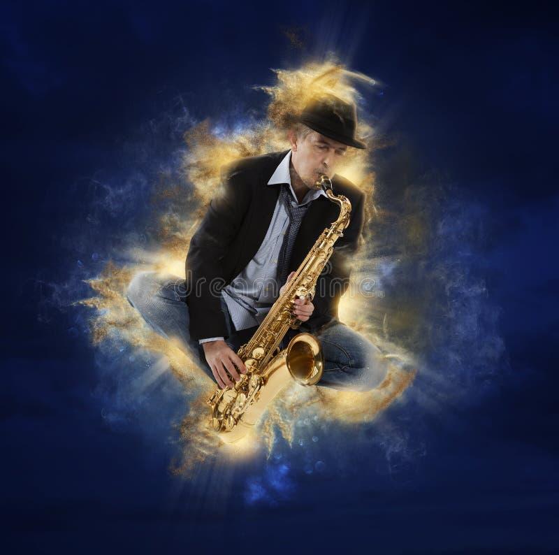 Mann, der auf Saxophon spielt stockbilder