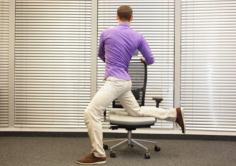 Mann, der auf Stuhl im Büro trainiert lizenzfreie stockfotografie
