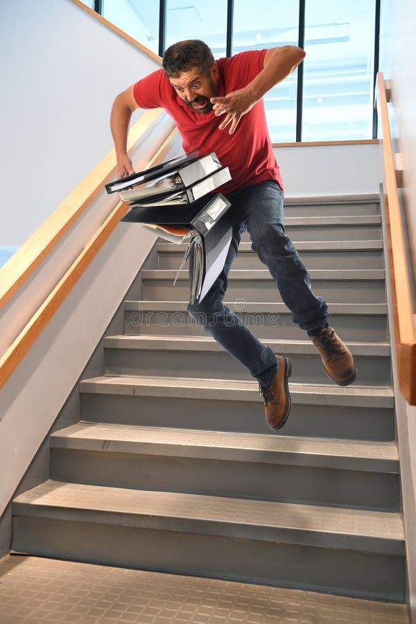 Mann, der auf Treppe fällt stockbild