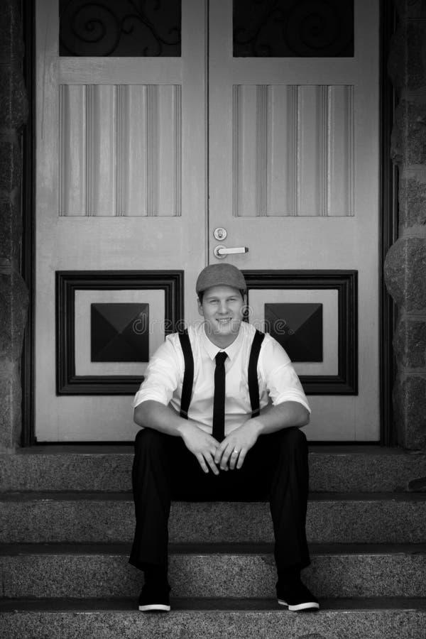 Mann, der auf Treppen sitzt lizenzfreies stockbild