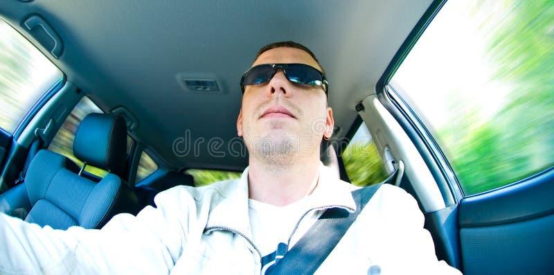 Mann, der Auto antreibt stockfotografie