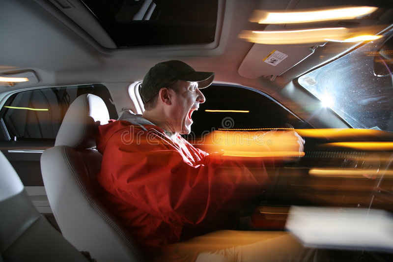 Mann, der Auto antreibt lizenzfreies stockbild