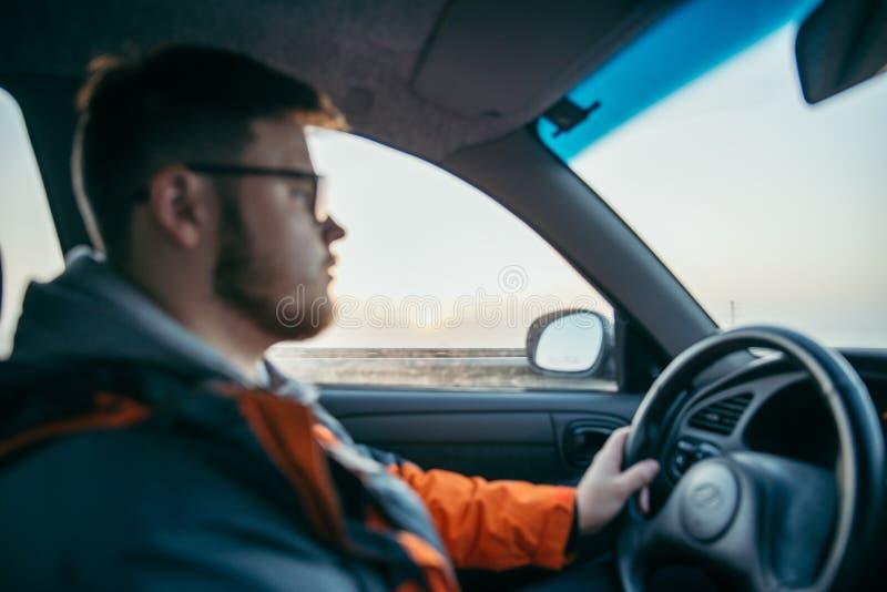 Mann, der Auto im Nebel fährt stockfoto