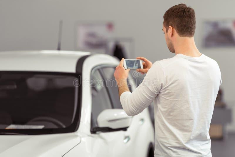 Mann in der Autoausstellung lizenzfreie stockfotos