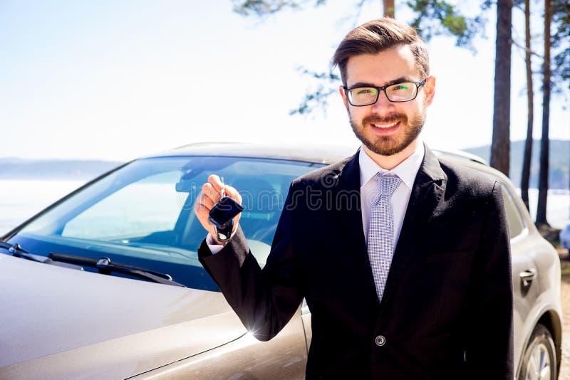 Mann, der Autoschlüssel hält stockbild