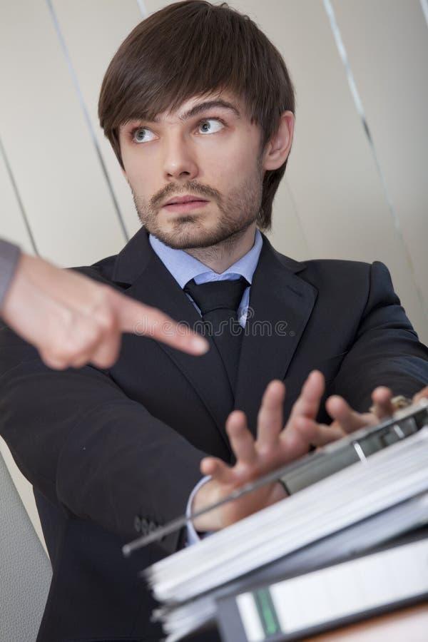 Mann, der Büroarbeit zurückweist stockfoto