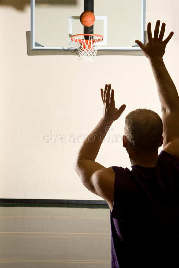 Mann, der Basketball spielt stockbild