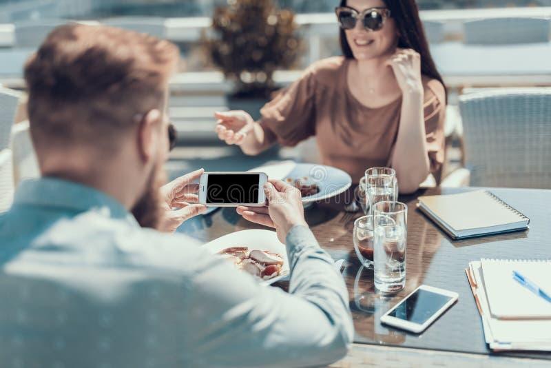 Mann, der bei Tisch Bild der Mahlzeit tut lizenzfreie stockbilder