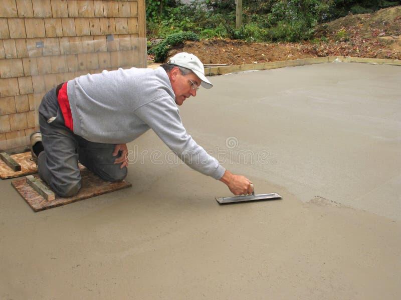 Mann, der Betonplatte beendet stockfotos