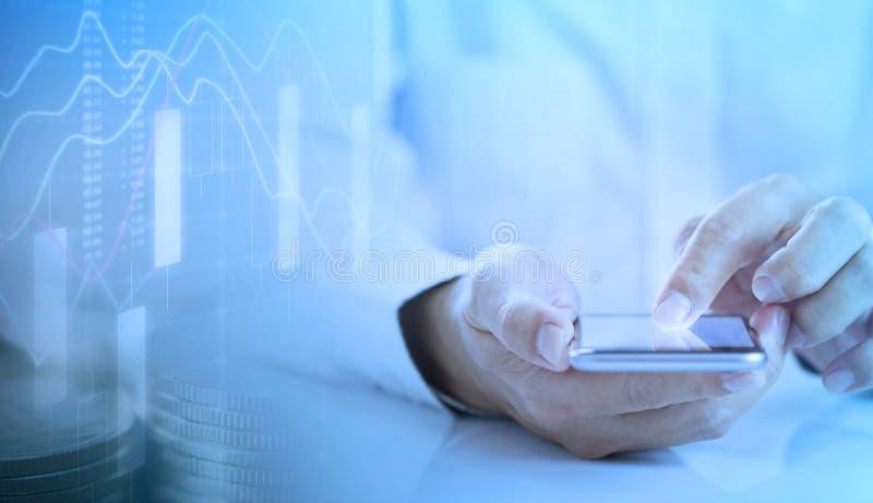 Mann, der bewegliche Anwendung auf Smartphone verwendet lizenzfreie stockbilder