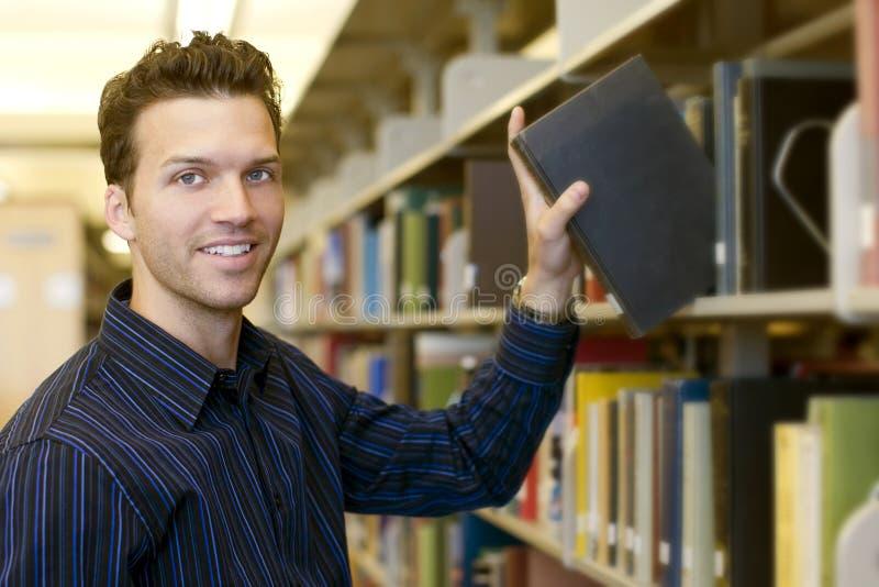 Mann an der Bibliothek lizenzfreies stockbild