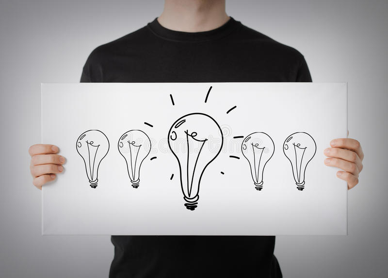Mann, der Bild mit Glühlampen zeigt lizenzfreie stockfotografie