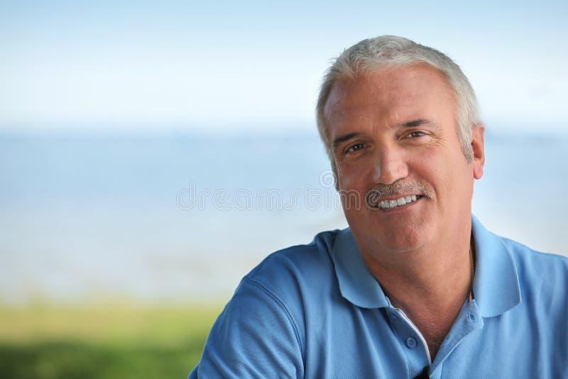 Mann, der blaues Polo trägt lizenzfreies stockfoto