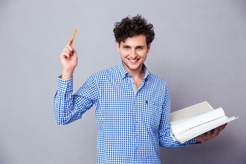 Mann, der Bleistift und Ordner mit Dateien hält stockfoto