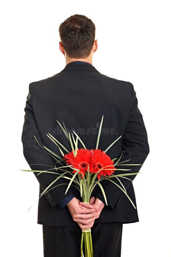 Mann, der Blumen hält stockfotografie