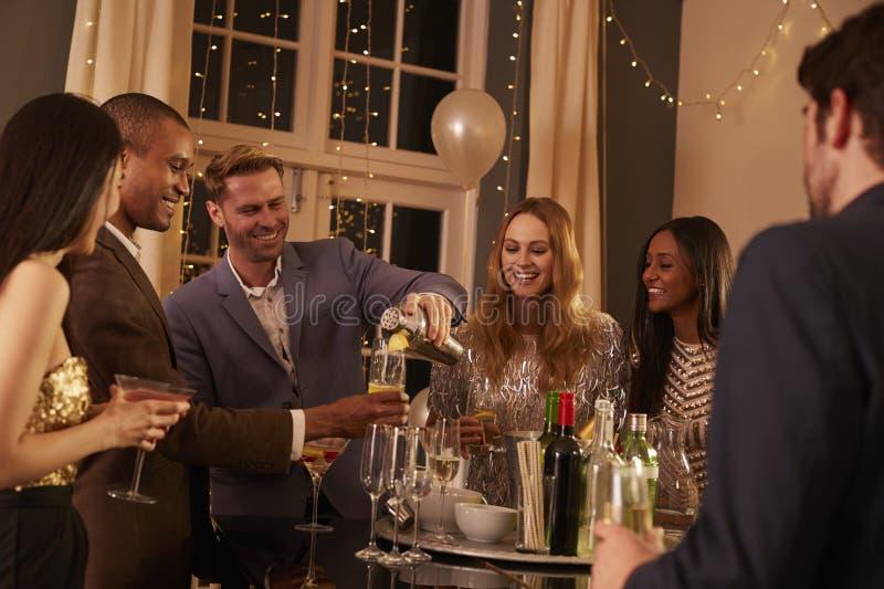 Mann, der Cocktails für Freunde an der Partei macht stockfotos