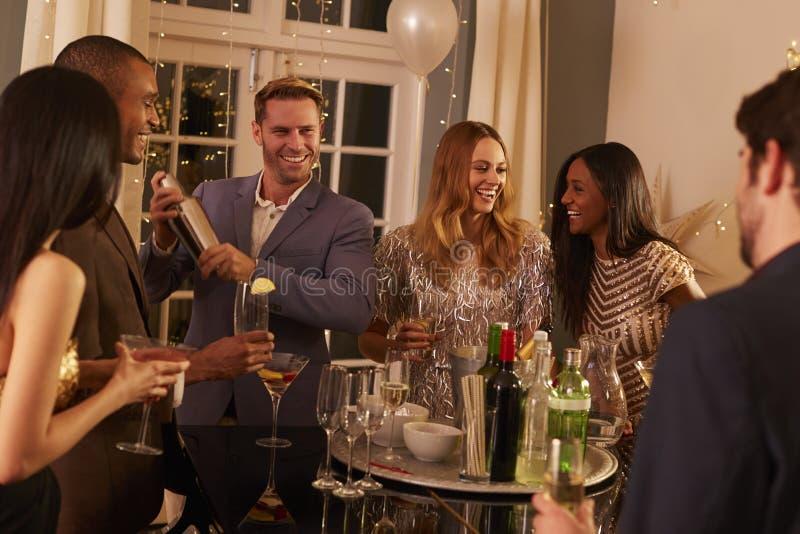 Mann, der Cocktails für Freunde an der Partei macht lizenzfreies stockfoto