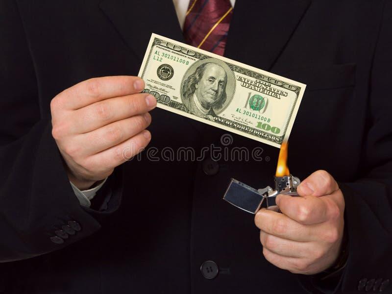 Mann, der das Geld burnning ist lizenzfreie stockfotografie